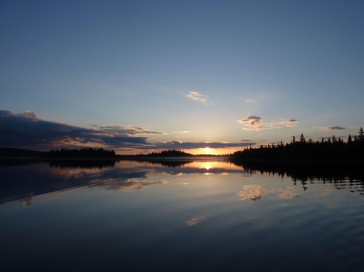 Coucher de soleil sur un petit lac lapon...